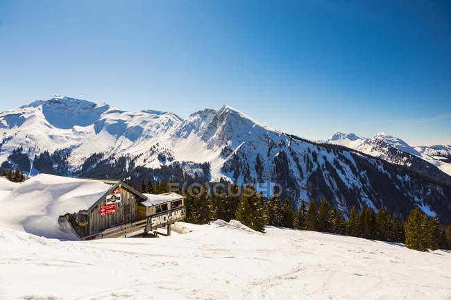 Holzhütte am Gipfel des Berges, Avoriaz, Morzine, Französische Alpen, Frankreich — Stockfoto