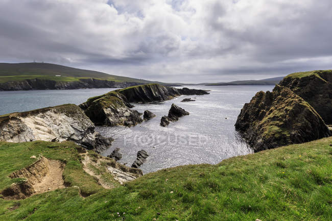 Spektakuläre Klippe Landschaft unter bewölktem Himmel, South West Mainland, Shetland Islands, Schottland, Vereinigtes Königreich — Stockfoto