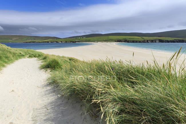 Tômbolo de praia de areia branca, continente do Sul, Ilhas Shetland, Escócia, Reino Unido — Fotografia de Stock