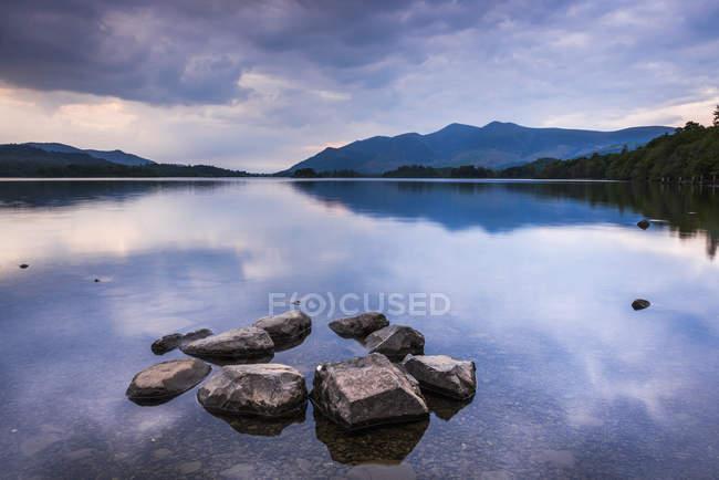 Ruhigen Derwent Water unter bewölktem Himmel bei Sonnenuntergang, Nationalpark Lake District, Cumbria, England, Vereinigtes Königreich — Stockfoto