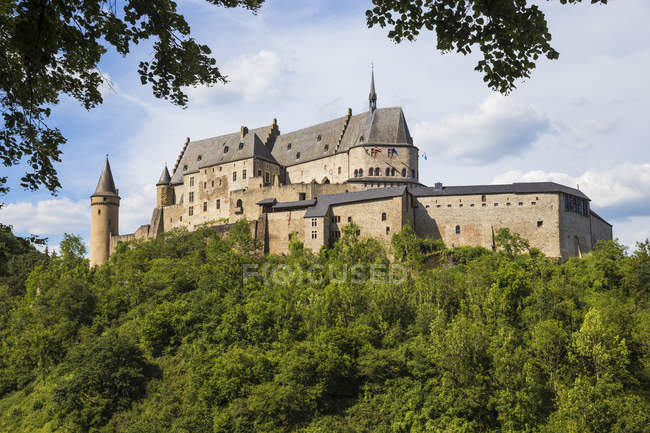 View of Vianden Castle on green hill, Vianden, Luxembourg — Stock Photo