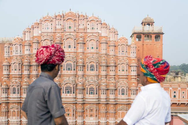 Turbans des hommes regardant Hawa Mahal (Palais des vents), Jaipur, Rajasthan, Inde — Photo de stock