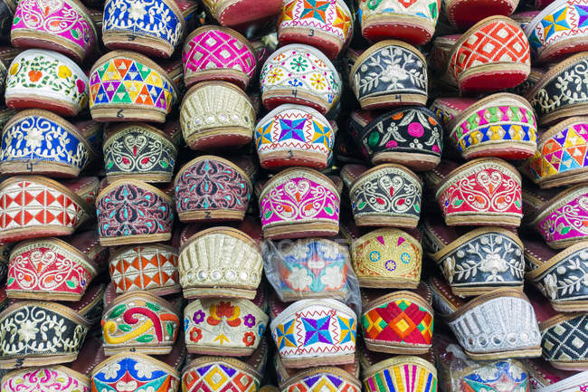 Traditional Indian slippers for sale, Amritsar, Punjab, India, Asia — Stock Photo