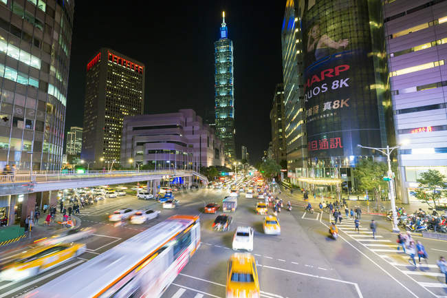 Traffico di fronte Taipei 101 a downtown trafficata nel Xinyi district, Taipei, Taiwan, Asia — Foto stock