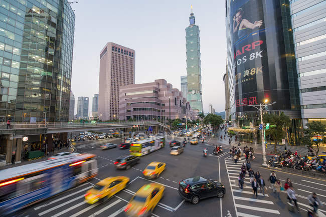 Traffic in front of Taipei 101 at busy downtown in the Xinyi district, Taipei, Taiwan, Asia — Stock Photo
