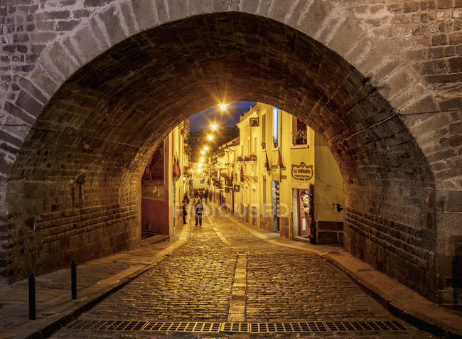 Arch on La Ronda Street at twilight, Old Town, Quito, Pichincha Province, Ecuador, South America — стокове фото