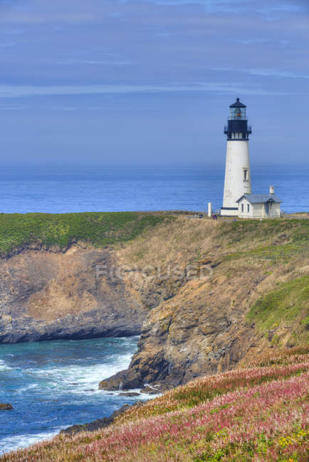 View of Yaquina Lighthouse on cliff, near Agate Beach, Oregon, United States of America, North America — Stock Photo