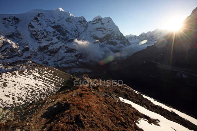 Neve montagna coperto paesaggio alla luce del sole, alta Khumbu, Himalaya, Nepal, Asia — Foto stock