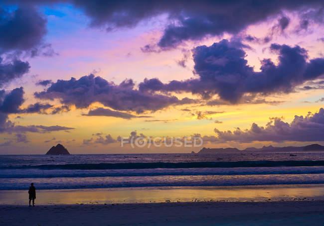 Incredibile crepuscolo sulla spiaggia di Selong Belanak, Lombok, Indonesia, Sud-est asiatico, Asia — Foto stock