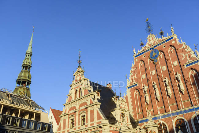 Church of St Peter and House of Blackheads under clear sky, Town Hall Square, Riga, Latvia, Europe — Stock Photo