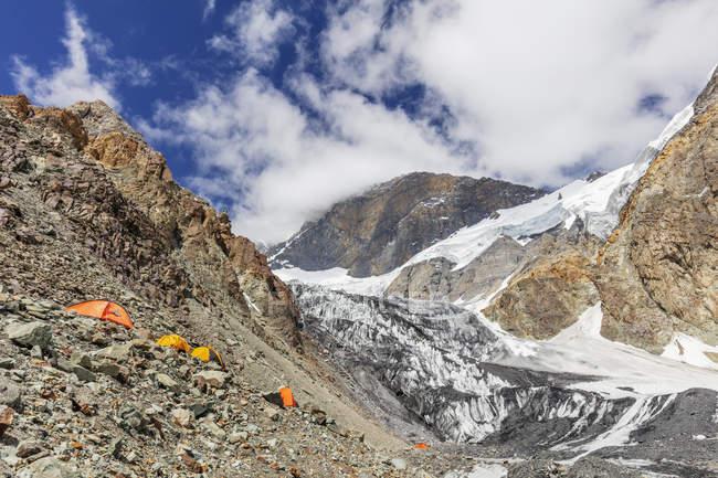Tende sul roccioso picco Korzhenevskaya, Parco nazionale di Tajik (montagne del Pamir), Tagikistan, Asia centrale, Asia — Foto stock