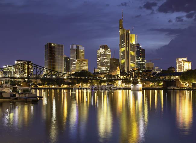 Horizonte y el puente de hierro al atardecer, Frankfurt, Hesse, Alemania, Europa - foto de stock