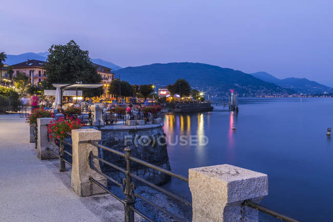 View of illuminated lakeside restaurants at dusk in Stresa, Lago Maggiore, Piedmont, Italian Lakes, Italy, Europe — Stock Photo