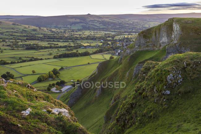 Grüne Felder und Hügel am Winnats-Pass, Frühherbst, Castleton, Peak District National Park, Hope Valley, Derbyshire, England, Vereinigtes Königreich — Stockfoto