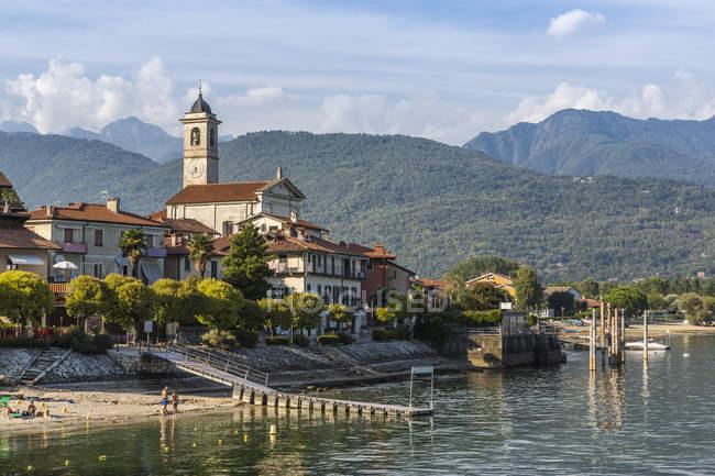 Ansicht von Feriolo Stadt und Kirche Glockenturm am Lago Maggiore, Lago Maggiore, Piemont, italienische Seen, Italien, Europa — Stockfoto