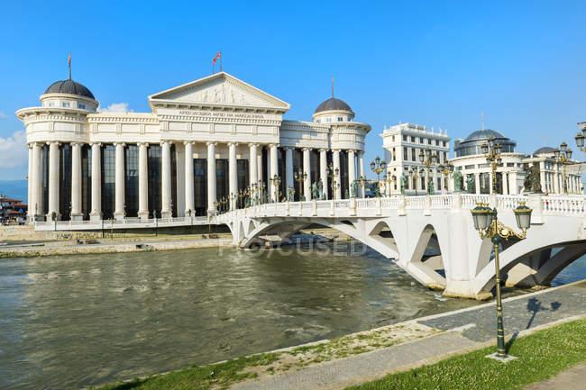 Archaeological Museum of Macedonia along the Vardar River and Eye Bridge, Skopje, Macedonia, Europe — Fotografia de Stock
