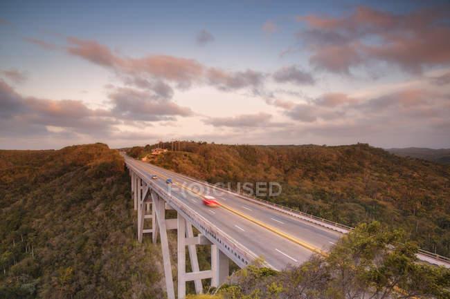 Міст-автомагістраль в зелених горах на заході сонця, куба, Вест-Індія, Карибського басейну, Центральна Америка — стокове фото