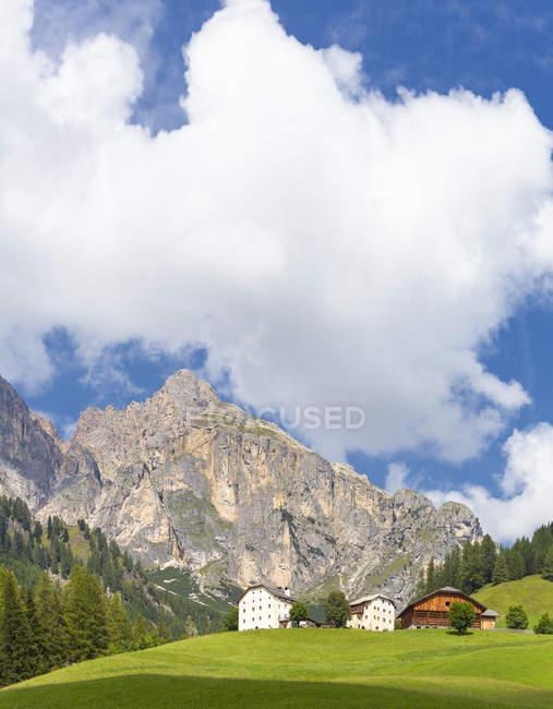 Maisons traditionnelles des Dolomites et de la chaîne de montagnes Rocheuses, Colfosco, Badia Valley, Tyrol du Sud, Dolomites, Italie, Europe — Photo de stock