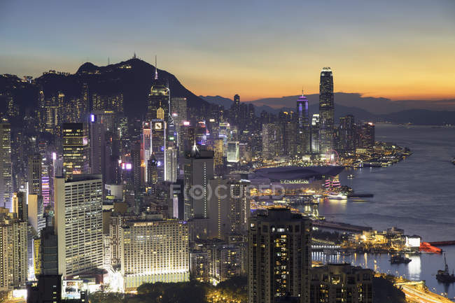 Horizonte de la isla de Hong Kong en la puesta del sol, Hong Kong, China, Asia - foto de stock