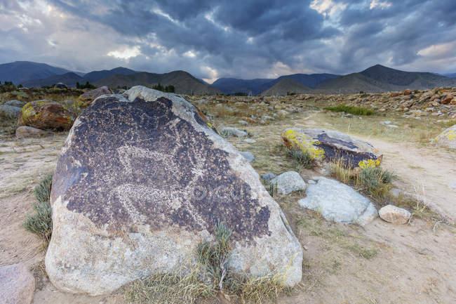 Vecchi petroglifi scolpiti sulla roccia, Cholpon Ata, Kirghizistan, Asia centrale, Asia — Foto stock