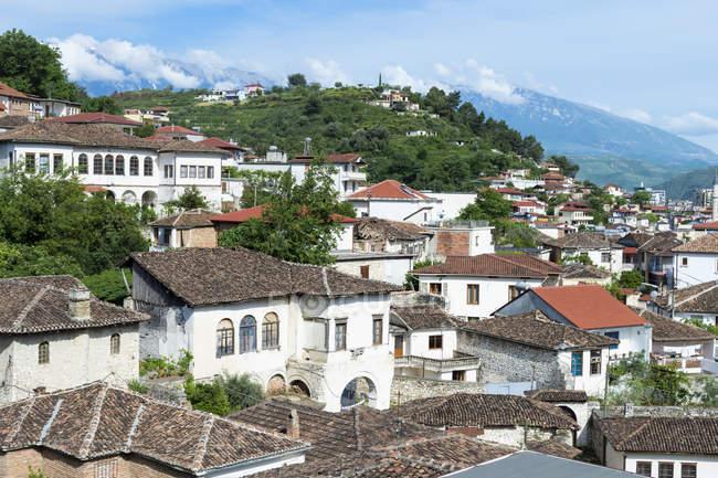 Османские дома, построенные на холмах с видом Берат, Берат, Албания, Европа — стоковое фото