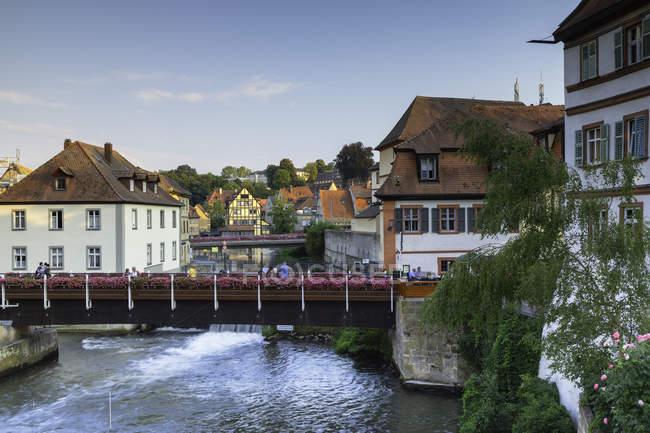 Malerische Gebäude entlang Fluss Regnitz, Bamberg, Bayern, Deutschland, Europa — Stockfoto