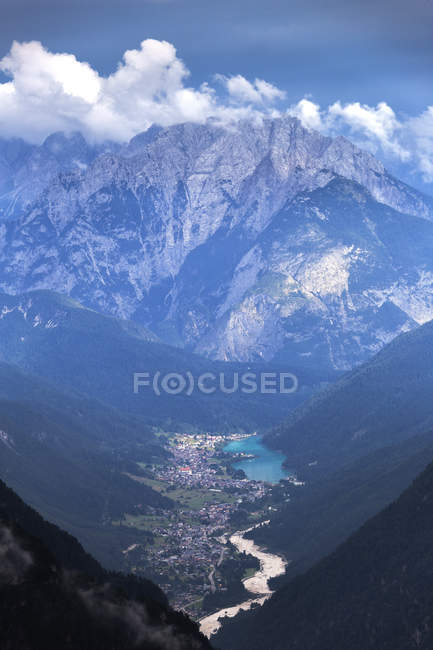 View over rugged mountains and valley, Auronzo di Cadore, Dolomites of Sesto, Province of Belluno, Veneto, Italy, Europe — Stock Photo