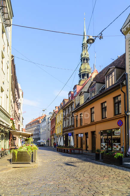 Grecinieku Street with Saint Peters Church on background, Old Town, Riga, Latvia, Europe — Stock Photo