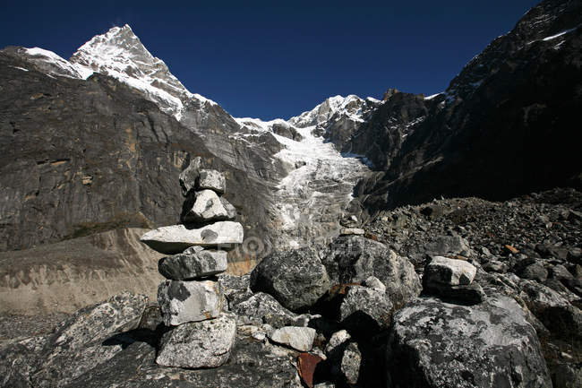 Mountain landscape with cairn, high Khumbu, Himalayas, Nepal, Asia — Stock Photo