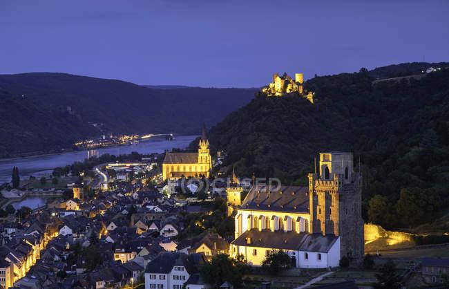 Освещенная исторический город Обервезель в сумерках, Рейнланд-Пфальц, Германия, Европа — стоковое фото