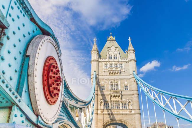 Inquadratura dal basso della Torre ponte sotto il cielo blu, Londra, Inghilterra, Regno Unito, Europa — Foto stock