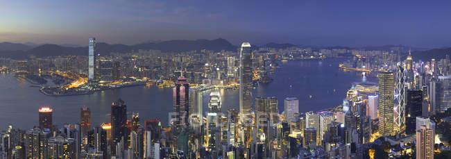 Skyline de la isla de Hong Kong y Kowloon de Pico Victoria al atardecer, isla de Hong Kong, Hong Kong, China, Asia - foto de stock