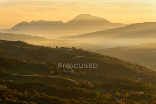 Осінь у Tosco Еміліано Апеннінах на світанку, Апуанських Альп, місті Lizzano в Європі Бельведер, Емілія-Романья, Італія, — стокове фото