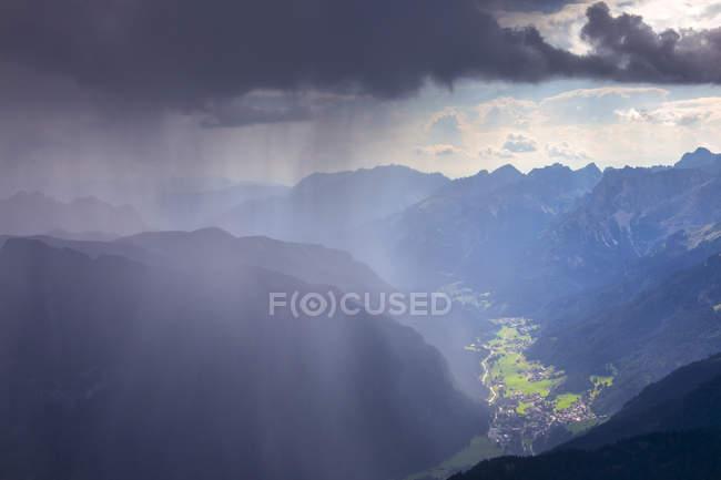 Siluetta delle montagne sotto il cielo tempestoso in Val di Fassa, Trentino, Dolomiti, Italia — Foto stock