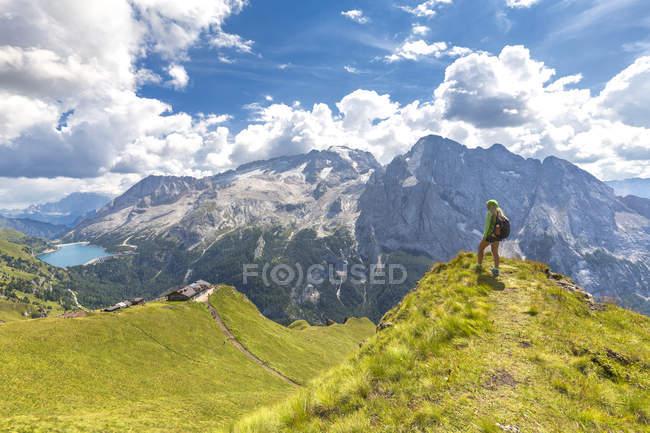 Escursionista che guarda verso Viel del Pan Rifugio con Marmolada sullo sfondo, Pordoi Pass, Fassa Valley, Trentino, Dolomiti, Italia, Europa — Foto stock