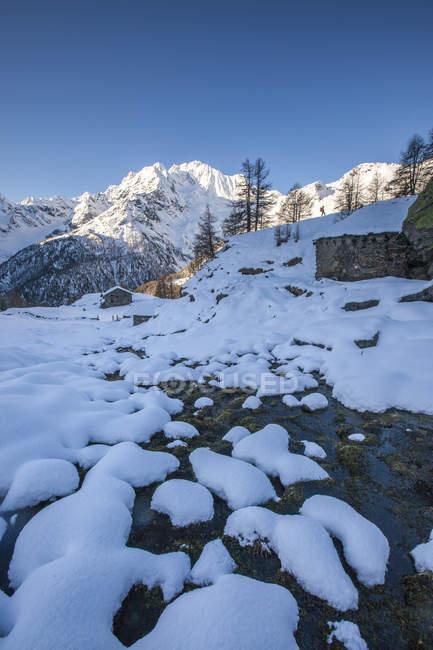 Schnee auf den Felsen entlang des Baches mit Monte Vazzeda auf Hintergrund, Alpe dell'Oro, Valmalenco Valtellina, Lombardei, Italien, Europa — Stockfoto