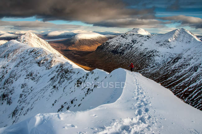 Touriste approchant du sommet de Stob Dubh sur Buchaille Etive Beag un jour d'hiver, Highlands, Ecosse, Royaume-Uni, Europe — Photo de stock