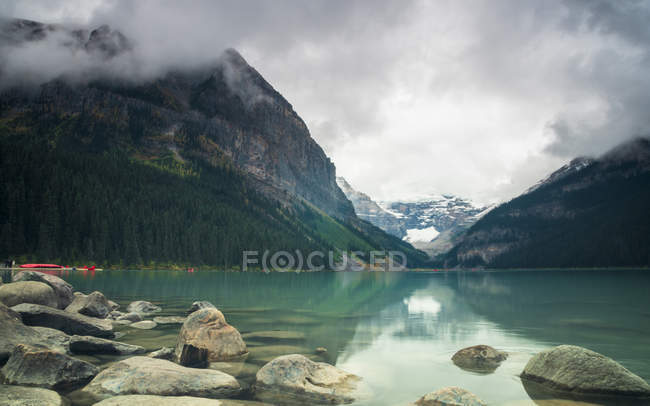 Tranquil Lake Louise under clouds, Banff National Park, Alberta, Rocky Mountains, Canada, North America — Stock Photo