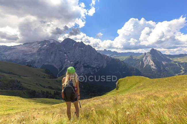 Escursioniste in piedi sul prato e guardando Marmolada, Pordoi Pass, Valle Fassa, Trentino, Dolomiti, Italia, Europa — Foto stock