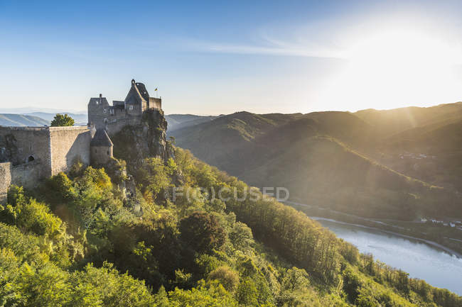 Castle Aggstein overlooking the River Danube in the Wachau at sunset, Austria, Europe — Stock Photo