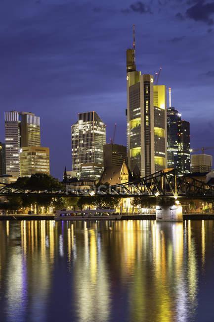 Skyline und Eisenbrücke in der Abenddämmerung, Frankfurt am Main, Hessen, Deutschland, Europa — Stockfoto