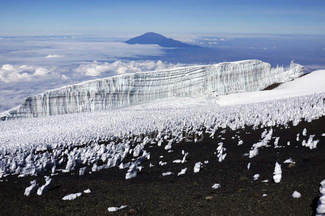 Пик плато Ухуру саммите Килиманджаро в облаках, Танзания, Восточной Африки, Африка — стоковое фото