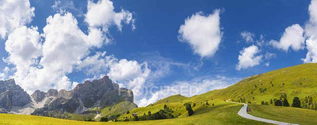 Panoramablick auf der grünen Wiese in der Nähe von Forcella de Furcia, Longiaru, Gadertal, Südtirol, Dolomiten, Italien, Europa — Stockfoto