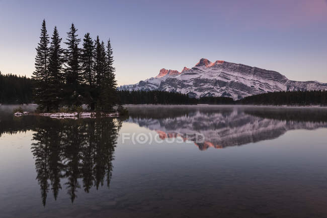 Two Jack Lake at sunrise with Mount Rundle on background, Banff National Park, Alberta, Canadian Rockies, Canada, North America — Stock Photo