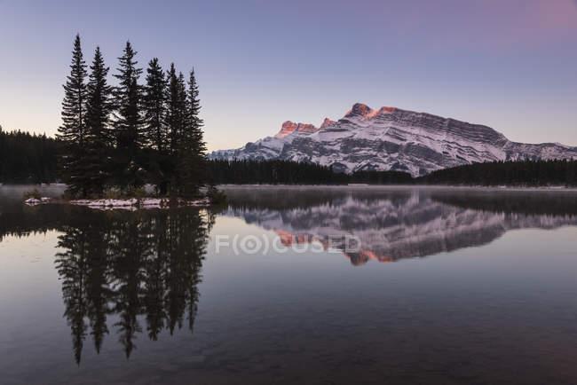Deux Jack lac au lever du soleil avec le mont Rundle sur toile de fond, parc National Banff, Alberta, Rocheuses canadiennes, Canada, Amérique du Nord — Photo de stock