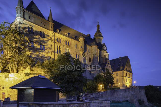 Beleuchtete Landgrafenschloss (Marburger Schloss) in der Abenddämmerung, Marburg, Hessen, Deutschland, Europa — Stockfoto