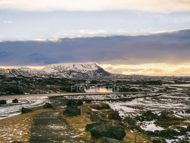 Бесплодной пейзаж под пасмурным небом в утром, Крапла, Исландия, полярные регионы — стоковое фото