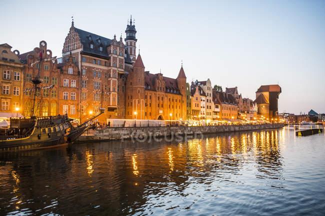 Ligue hanséatique maisons sur la rivière de la Motlawa au crépuscule, Gdansk, Pologne — Photo de stock