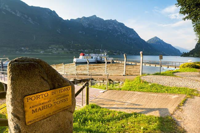 Targa al porto d'idro con le montagne sullo sfondo, Lago d'Idro in Valle sabbia, Provincia di Brescia, Lombardia, Italia, Europa — Foto stock