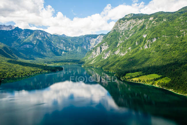 Breathtaking Lake Bohinj in rocky mountains, Slovenia, Europe — Stock Photo